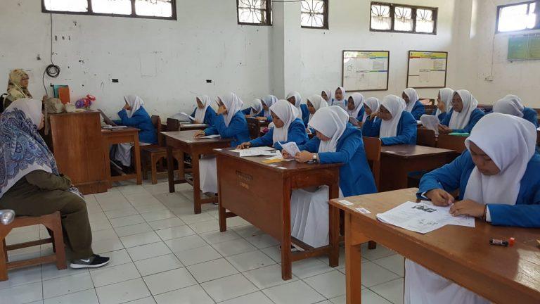 Keseriusan siswa SMABU menyelesaiakan UTS 768x432 1